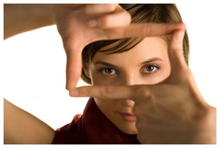 Brunette framing her face with her fingers in the shape of a rectangle